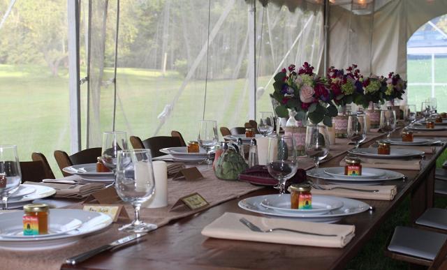 stół na ślubnym przyjęciu