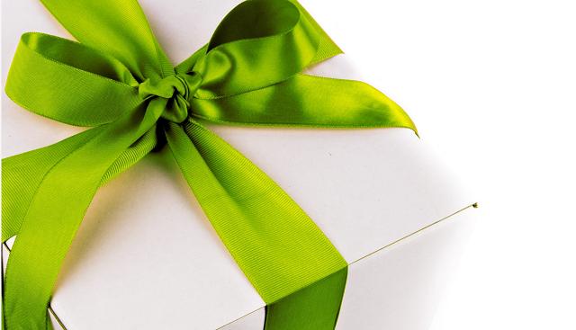prezent z zieloną kokardą