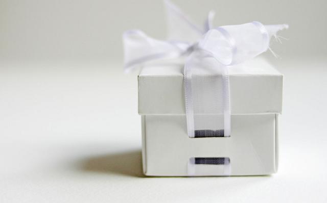 biały prezent