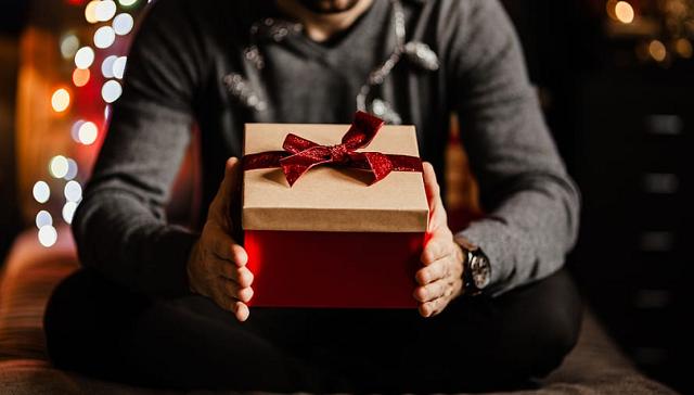 mężczyzna trzyma prezent