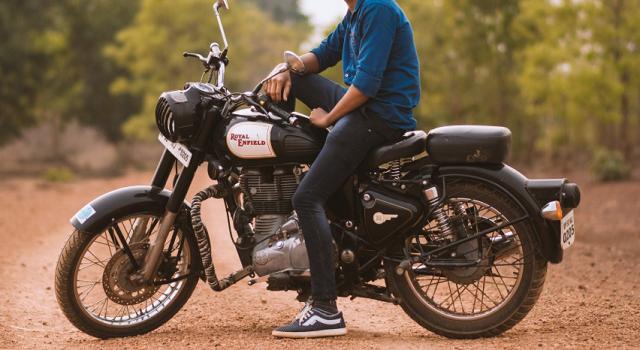 mężczyzna na motorze
