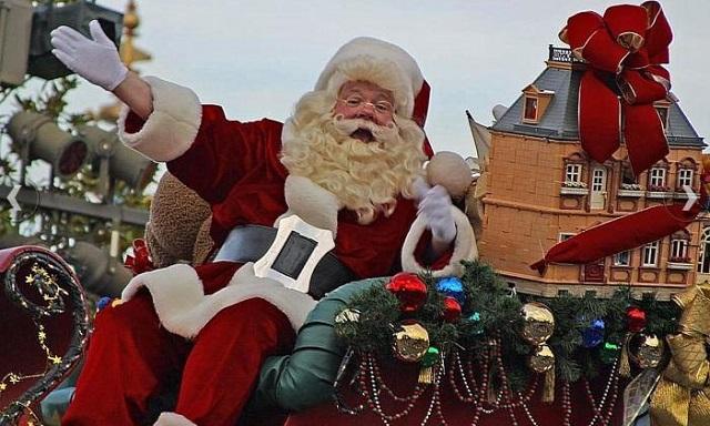 Mikołaj macha do ludzi