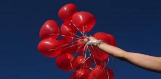 czerwone balony z helem