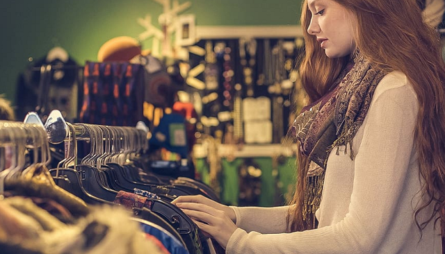 kobieta robi zakupy