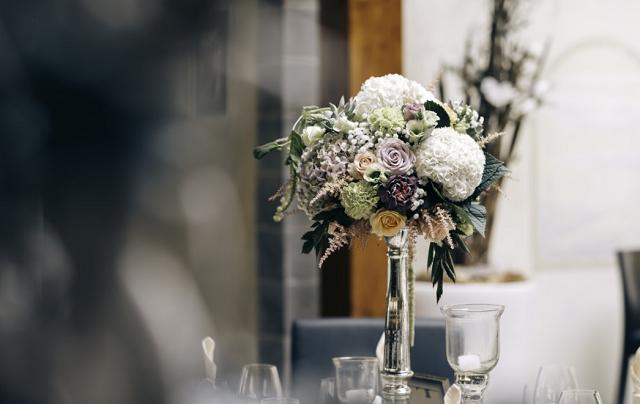 kwiaty w wazonie na weselu