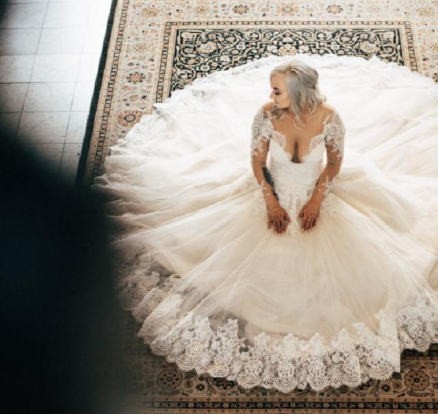 panna młoda i rozłożysta suknia ślubna