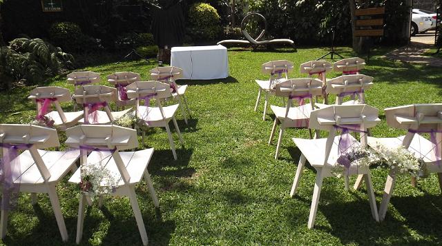 krzesła w czasie ślubu plenerowego