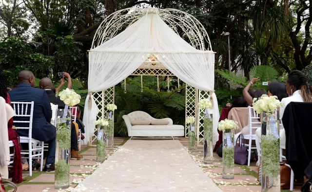 altanka ślubna i goście