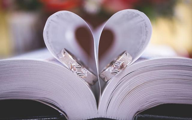obrączki w księdze weselnej