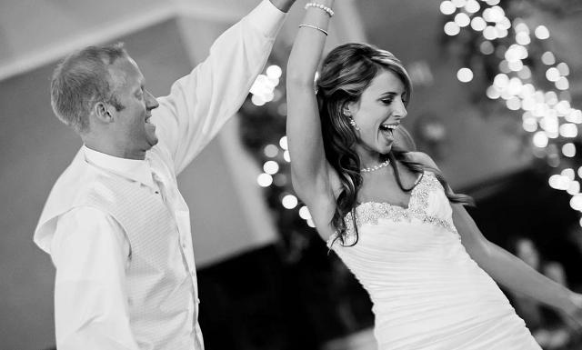panna młody tańczy z mężem