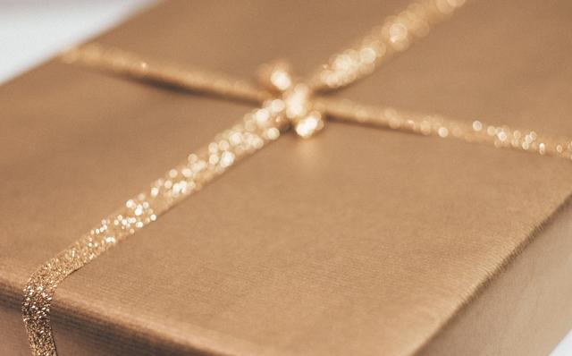 prezent zapakowany na złoto