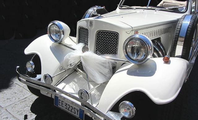 biały retro samochód