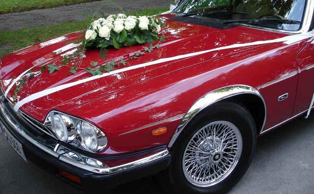 czerwone auto z dekoracją kwiatową