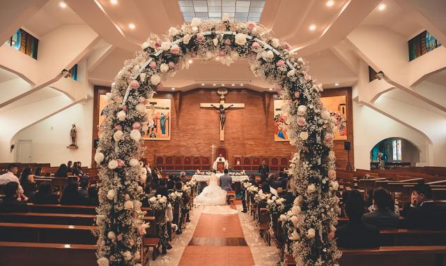 kwiatowe wejście do kościoła