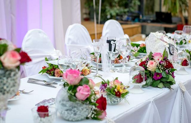 kolorowe kwiaty na stołach na weselu