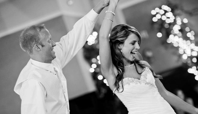 tańczący nowożeńcy