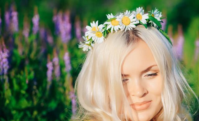 naturalny wianek w blond włosach