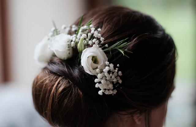 żywe i sztuczne kwiaty we włosach