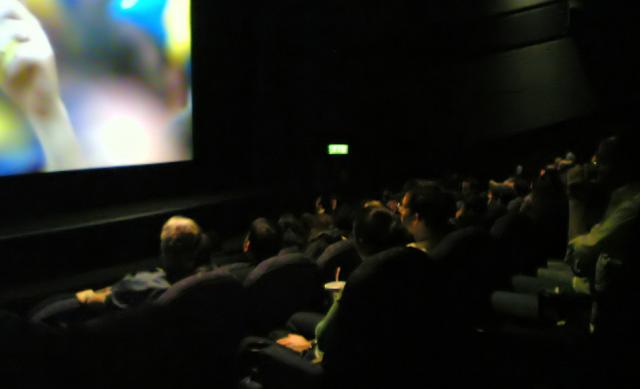 ciemna sala kinowa i ludzie