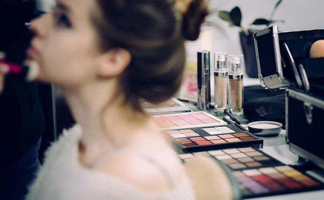 dziewczyna malowana przez makijażystkę