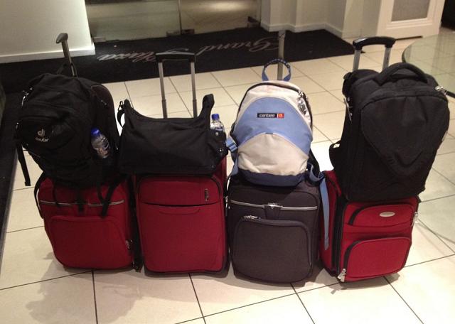 walizki ułożone jedna obok drugiej na lotnisku
