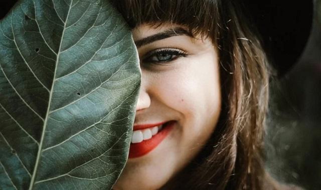 naturalna uśmiechnięta dziewczyna