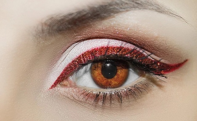 brązowy eyeliner i ciemne oko