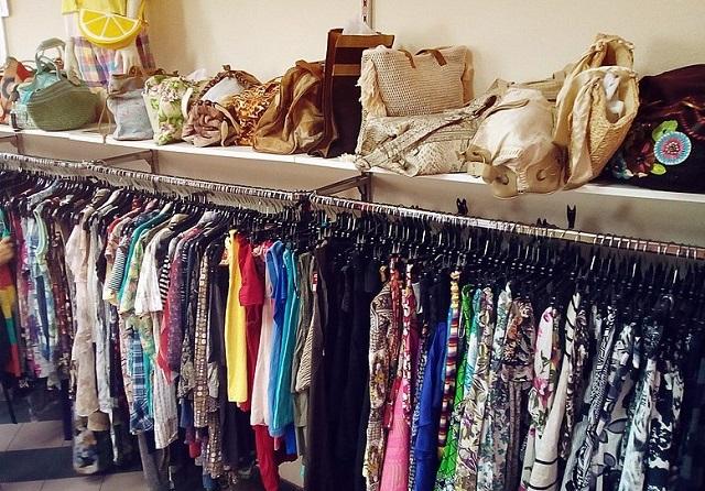 dużo kolorowych ubrań wisi na wieszakach
