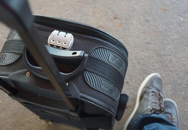 noga mężczyzny i kawałek walizki