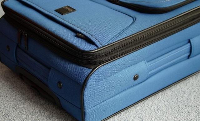 niebieska walizka na podłodze