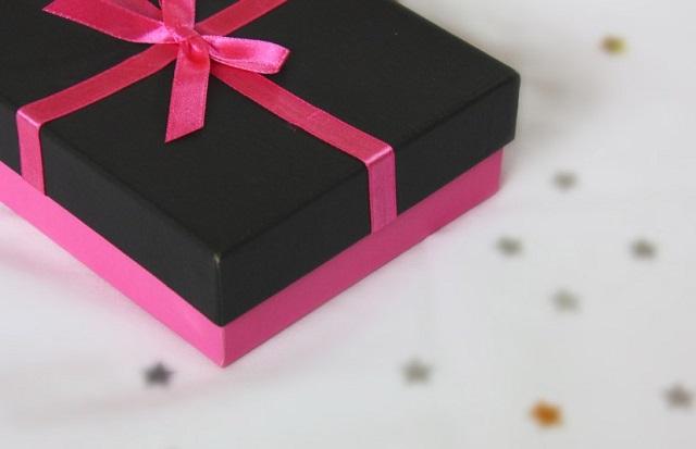 czarno-różowy prezent ze wstążką