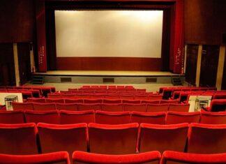 sala kinowa z dużym ekranem