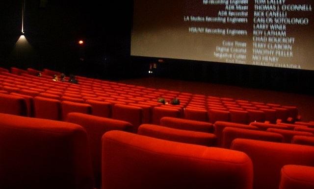 czerwone siedzenia w kinie