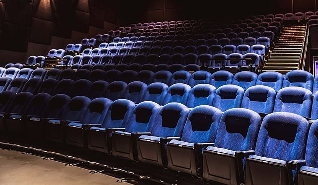 niebieskie siedzenia w kinie