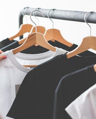 strój minimalistyczny