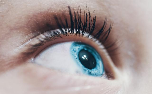 niebieskie oko i delikatnie wytuszowane rzęsy