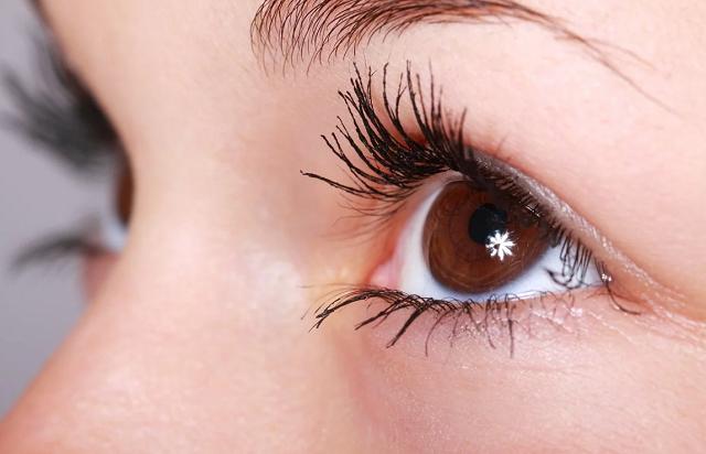 naturalne brwi i brązowe oczy