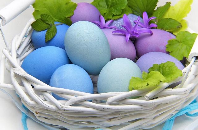 jajka wielkanocne pomalowane na niebiesko w białym koszyku