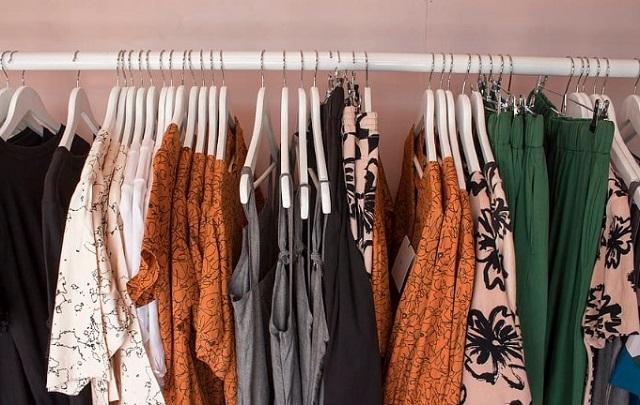 ubrania w różnych kolorach wiszą na wieszakach