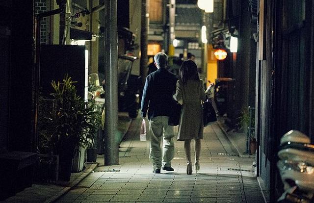 para idzie ciemną uliczką trzymając się ręce