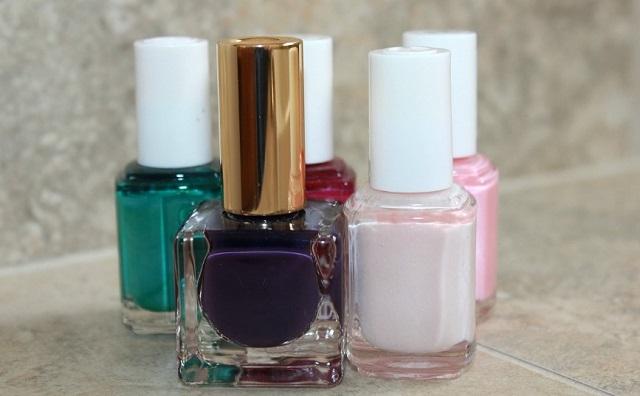 różne kolory lakierów do paznokci
