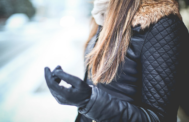 kobieta w ramonesce szaliku i jednej rękawiczce