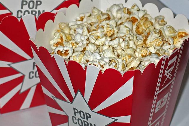 popcorn w dużym kartonowym opakowaniu