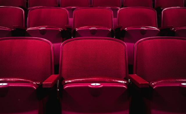 czerwone fotele w sali kinowej