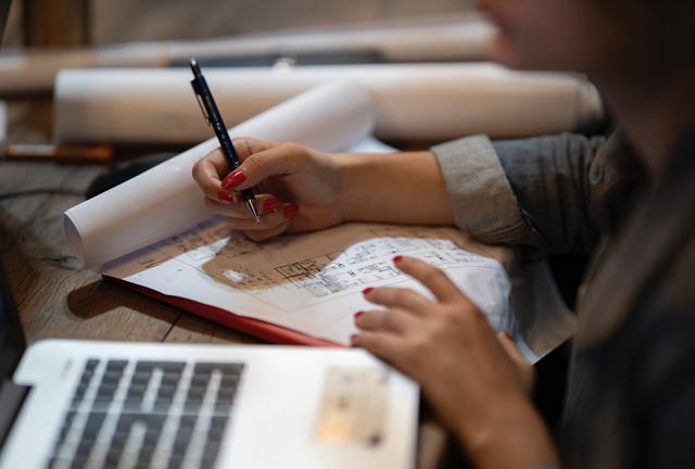 kobieca ręka z długopisem nad kalendarzem