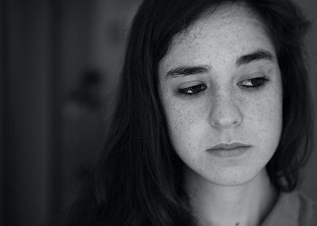 czarno-białe zdjęcie zasmuconej dziewczyny
