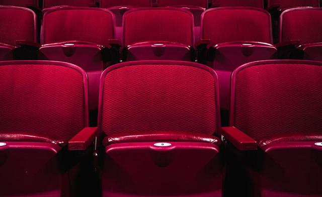 czerwone krzesła w sali kinowej bez ludzi
