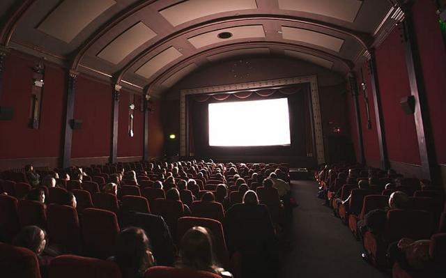 sala kinowa w czasie seansu zapełniona ludźmi