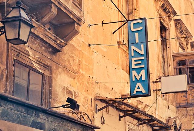 szyld z napisem kino wiszący na starym budynku