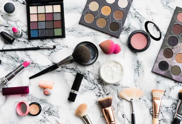 zestaw kolorowych kosmetyków do malowania twarzy